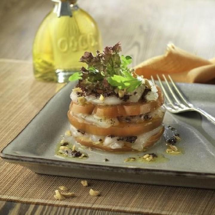 Timbal de bacalao y tomate con paté de aceitunas