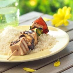 Brochetas de atún y verduras sobre base de arroz