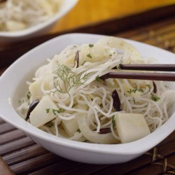 Fideos de arroz con sepia e hinojo