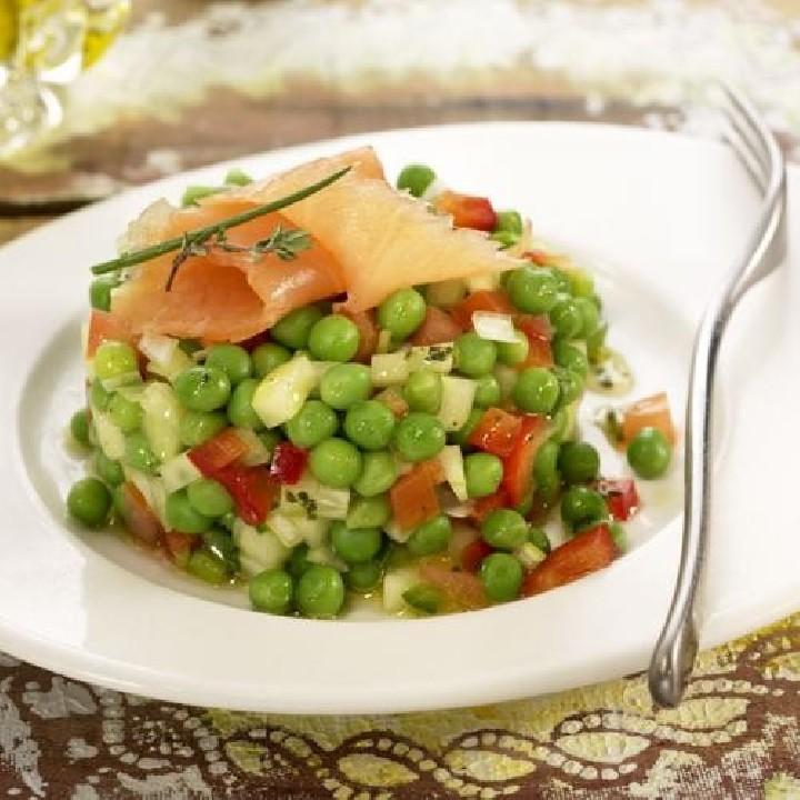Ensalada de guisantes y salmón