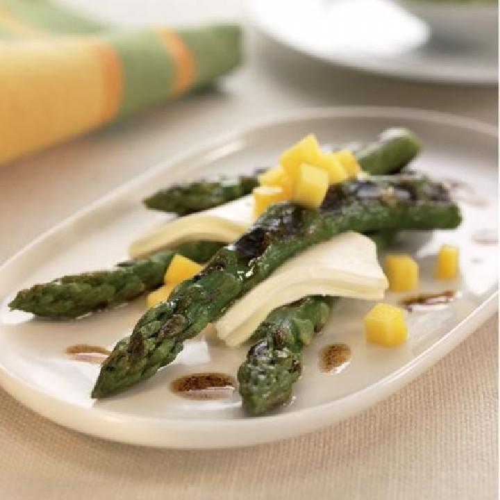 Espárragos trigueros con queso y mango