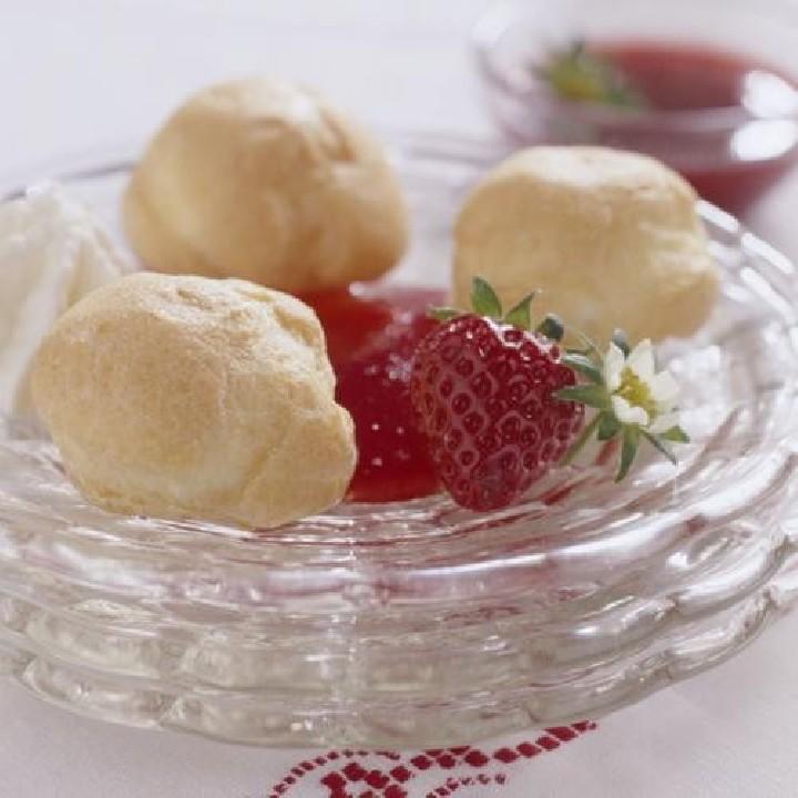Profiteroles con nata y salsa de fresas
