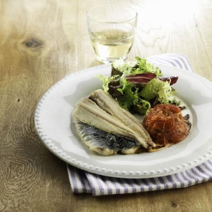 Ensalada de sardinas con tomate confitado