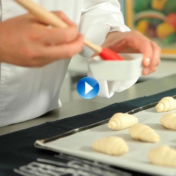Com donar color a la massa de pasta de full, croissants i chics?