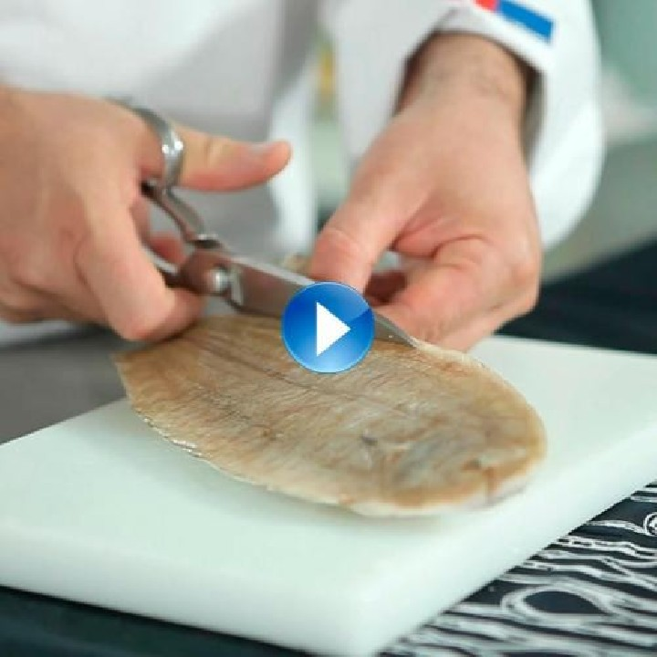 Retirar la piel del pescado congelado