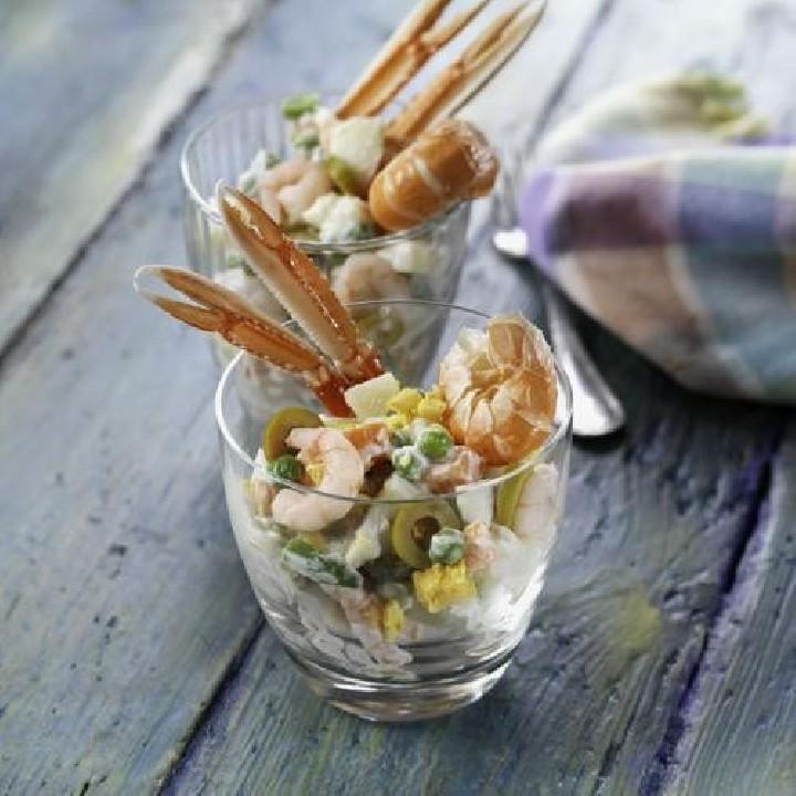 Vasos de ensaladilla con marisco
