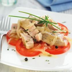 Carpaccio de tomàquet sobre tonyina en escabetx