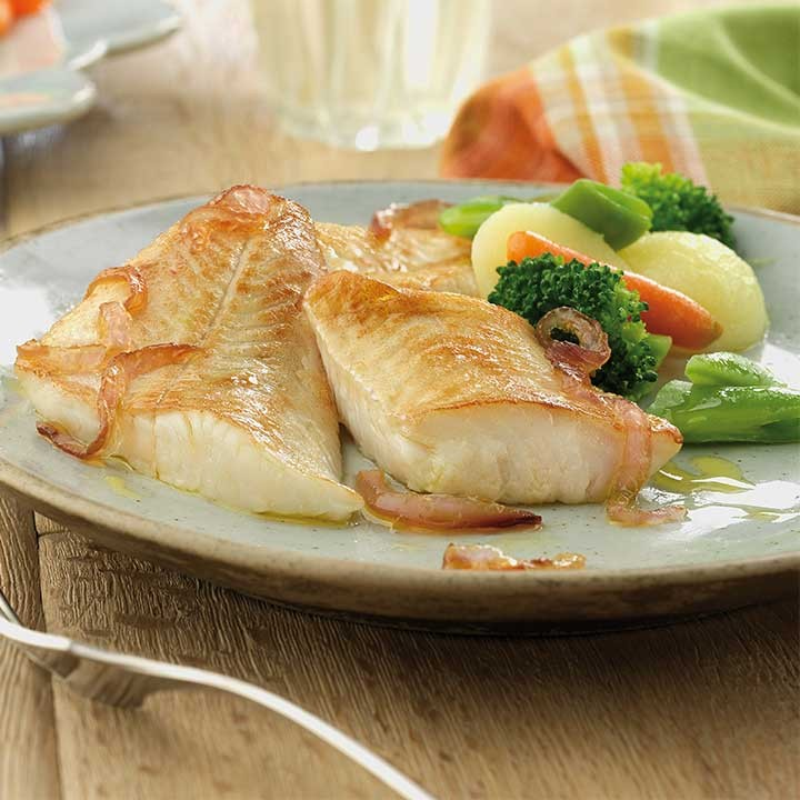 Filete de merluza con cebolla caramelizada y verduritas