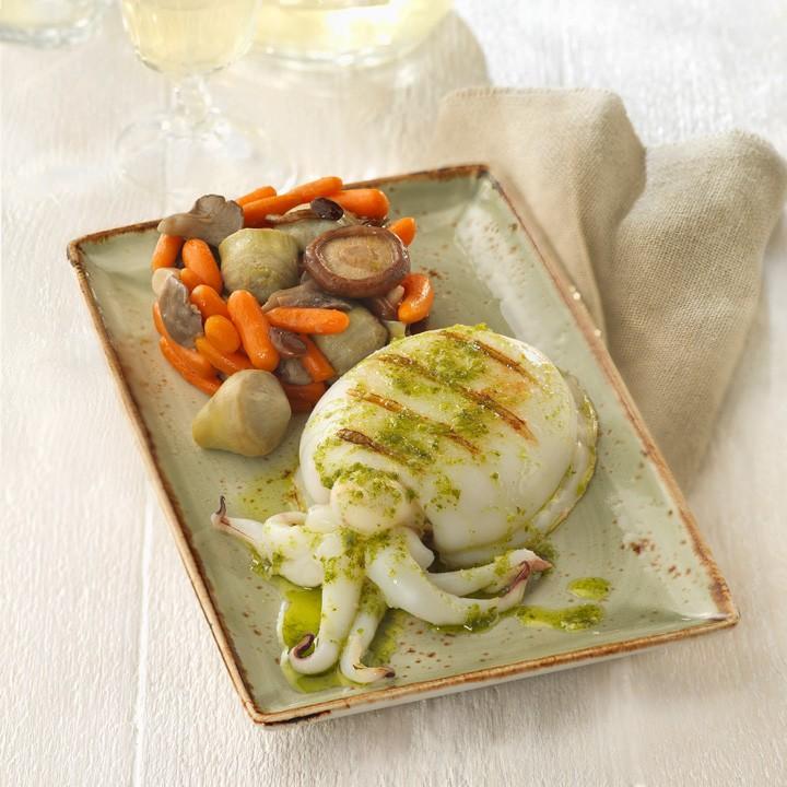 Sepia a la plancha con ajo y perejil y timbal de corazones de alcachofa, zanahorias baby y setas