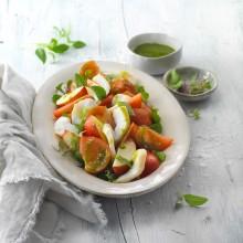 Ensalada de tomate, nectarina y bacalao con aceite de albahaca