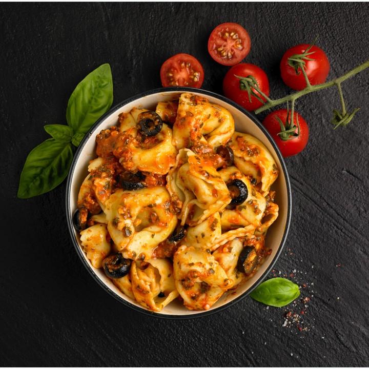 Capeletti con verduras y pesto rojo